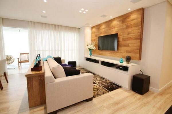 A decoração do apartamento recebeu acabamento com piso laminado