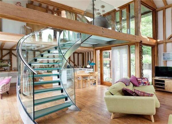A escada de vidro traz sofisticação para a sala de estar