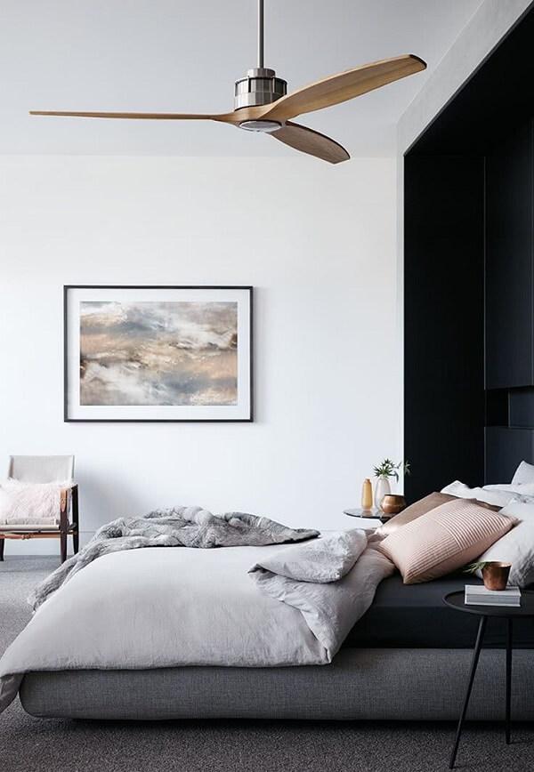 Parede preta no quarto atrás da cabeceira da cama