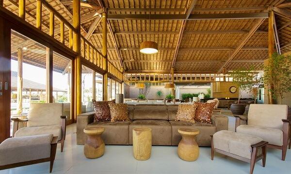 Ambiente com decoração neutra e sofá retrátil 3 lugares