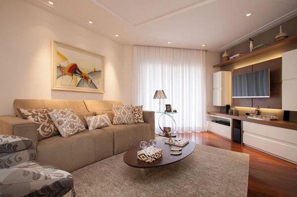 Ambiente com sofá retrátil e mesa de centro oval