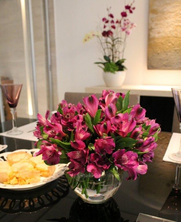 Mesa de jantar com vaso de flores na decoração