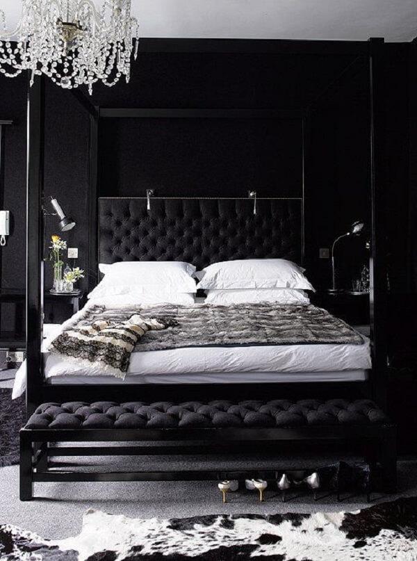 A parede preta do quarto de casal trouxe elegância para o espaço