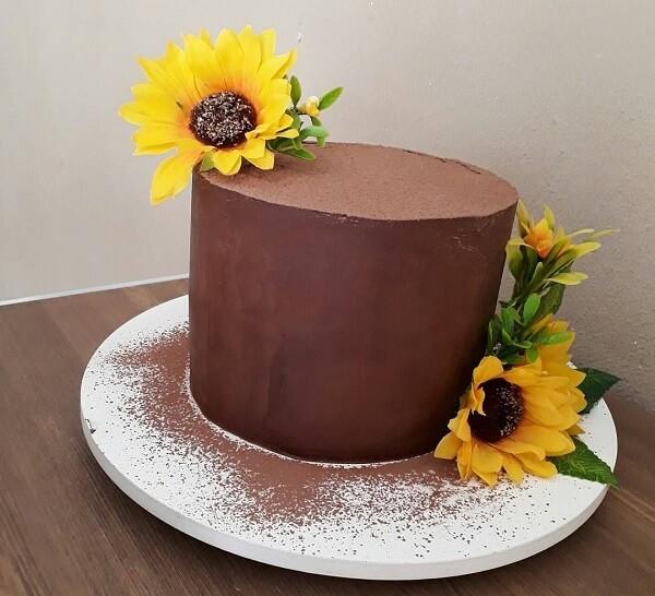 Bolo de ganache de chocolate com flores para festa tema girassol