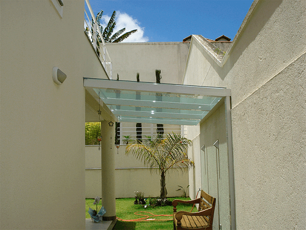 Área de lazer pequena com cobertura de vidro temperado