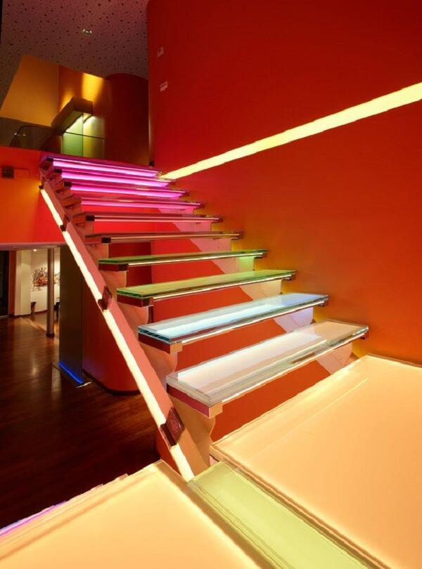 Cada degrau da escada de vidro com LED pode ter uma cor diferenciada