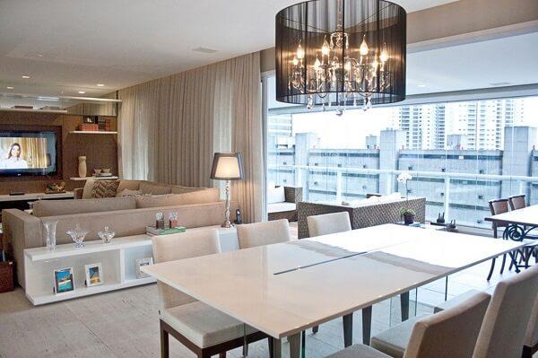 Cadeiras com estofado claro, aparador de madeira e mesa de jantar retangular