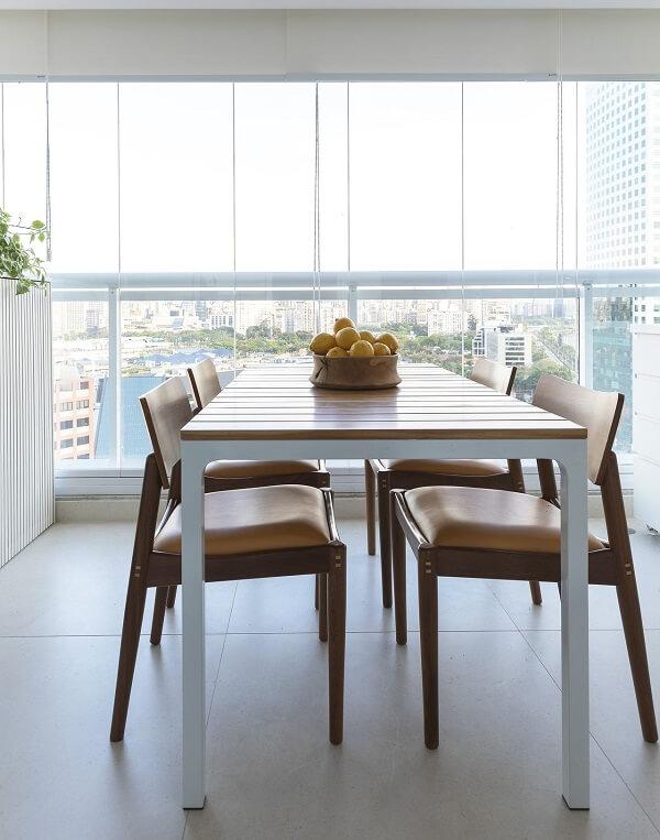 Cadeiras e mesa de madeira e persiana branca