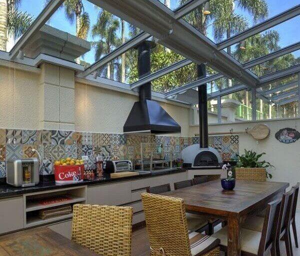 Casa de condomínio ganha personalidade com cobertura de vidro. Fonte Pinterest