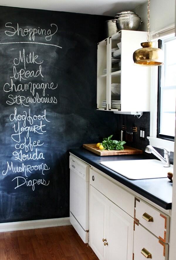 Parede preta com giz traz descontração para a área da cozinha
