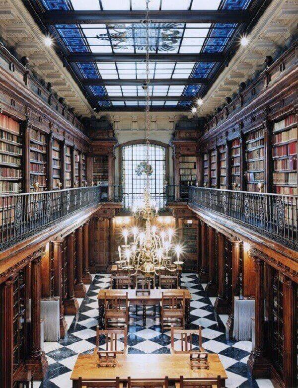 Cobertura de vidro comum e piso quadriculado frio para biblioteca