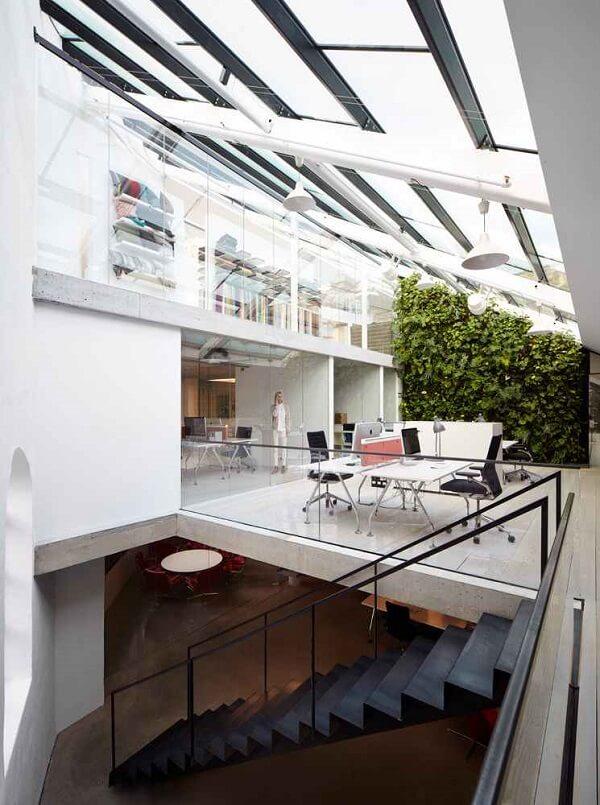 Cobertura de vidro ilumina com maestria o ambiente