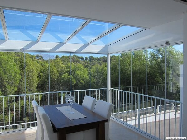 A cortina e cobertura de vidro permite uma visão linda da natureza