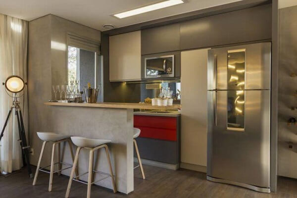Cozinha americana compacta com piso laminado