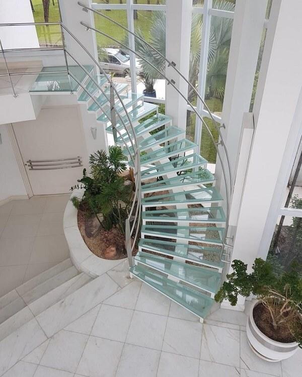 Crie um lindo jardim de inverno debaixo da sua escada de vidro