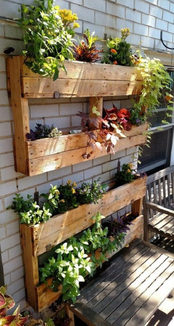 Cultive temperos e hortaliças na floreira de madeira. Fonte: Revista Artesanato
