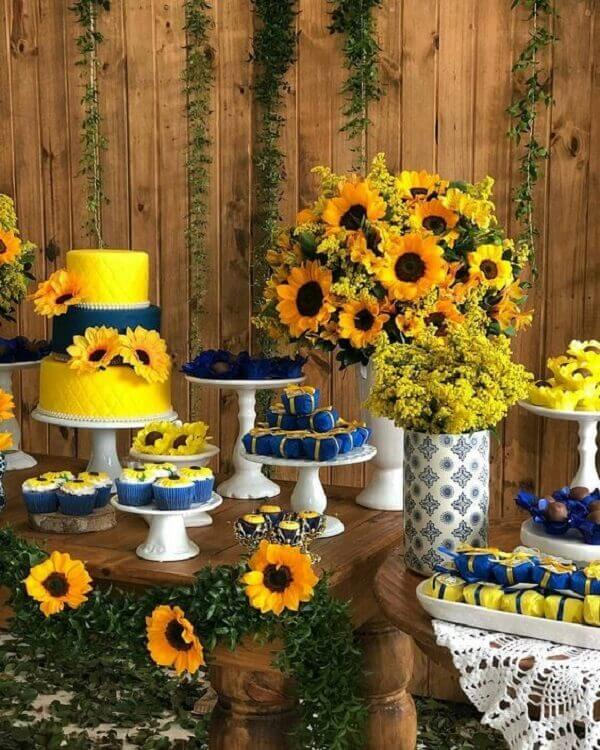 Mix shades at the sunflower theme party table