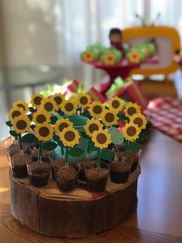 Decorate and use wooden trunks to position the sunflower theme party candies