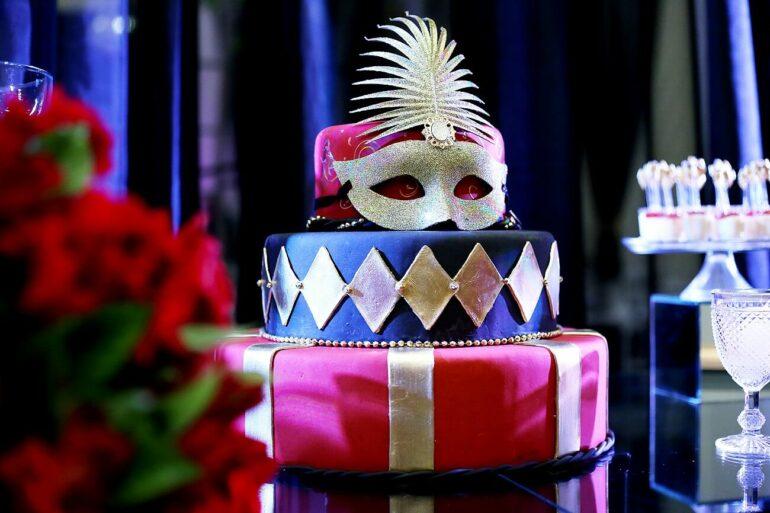 Decoração de mesa para baile de máscaras. Fonte: Buffet Le Grand Vie