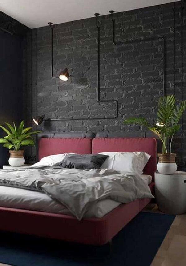 Decoração industrial com parede de tijolinho preta