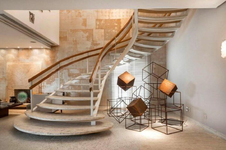 Decoração sofisticada com escada de mármore. Fonte: Denise Barretto
