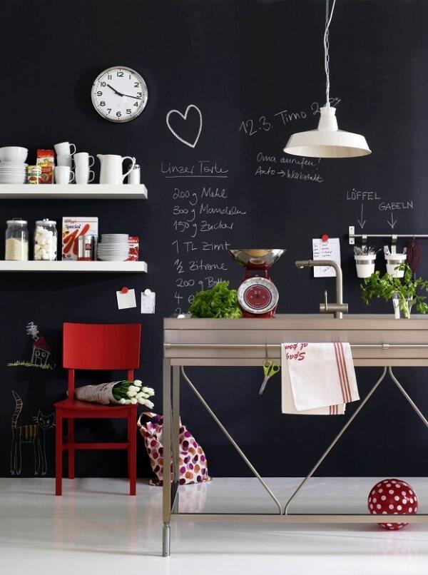 Use a parede preta de giz para escrever receitas