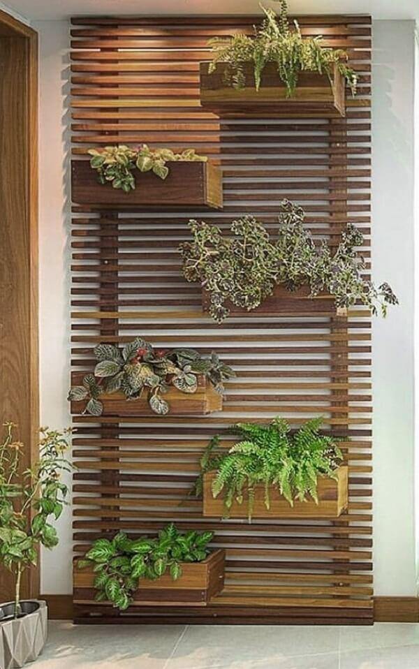 Deixe o terraço ainda mais charmoso na presença de uma floreira de madeira. Fonte: Pinterest
