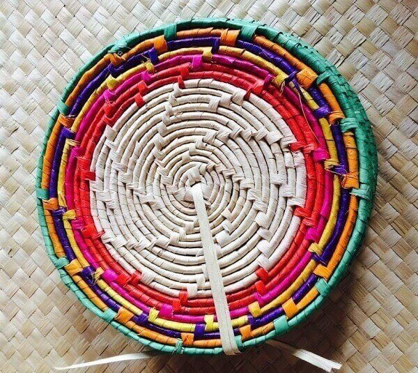 Pan rest made of carnauba straw with colored border