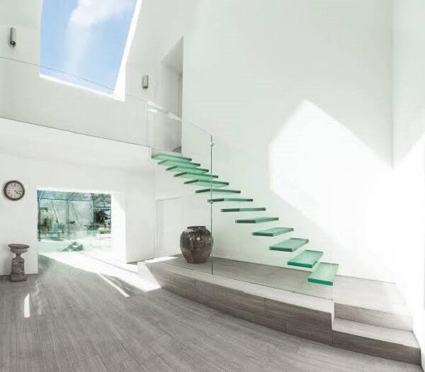 Escada de vidro com estrutura flutuante
