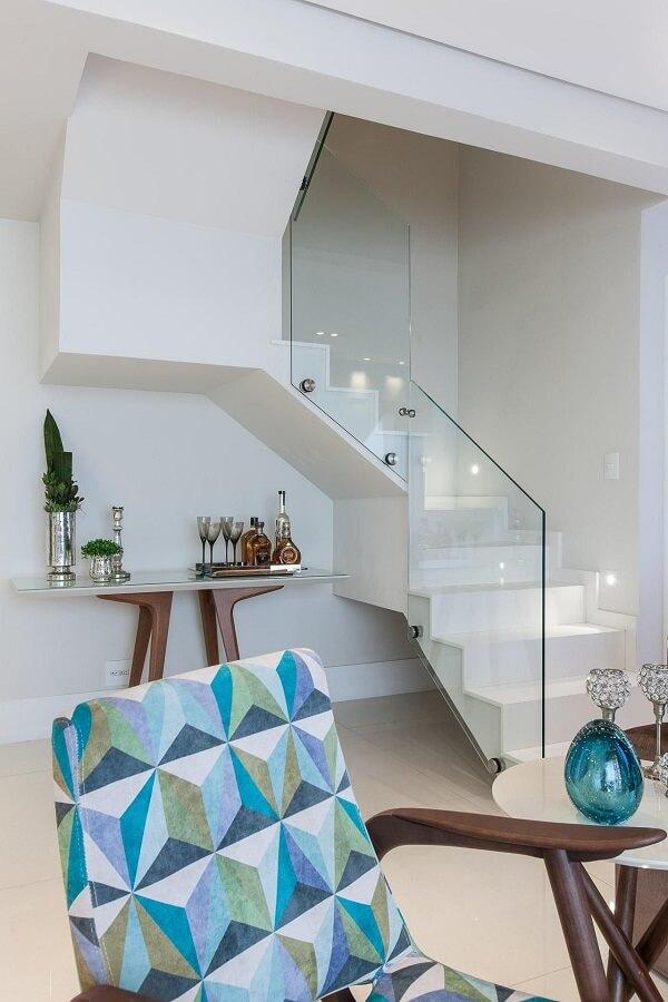 Escada com corrimão de vidro e iluminação pontual nos degraus