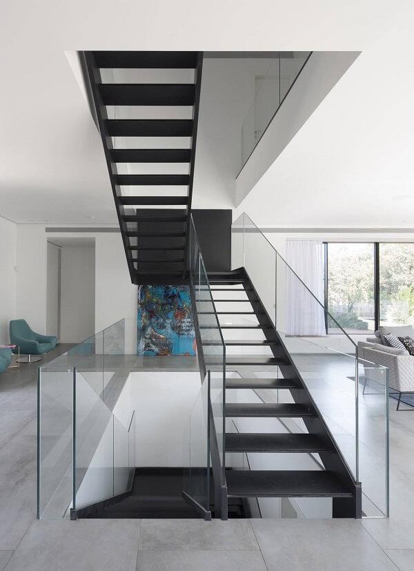 Escada com corrimão de vidro temperado