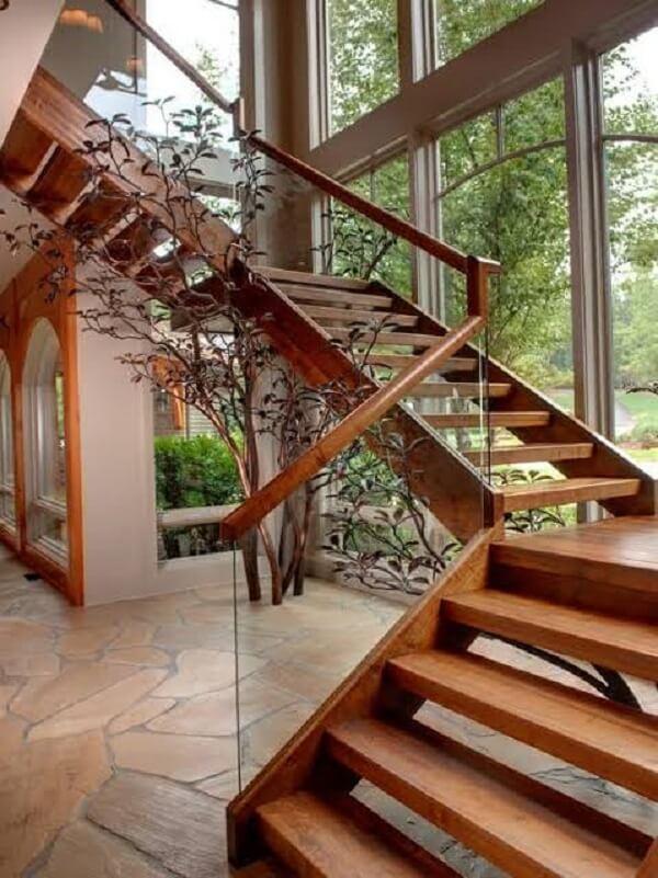 Escada de madeira com vidro traz aconchego para a decoração da casa