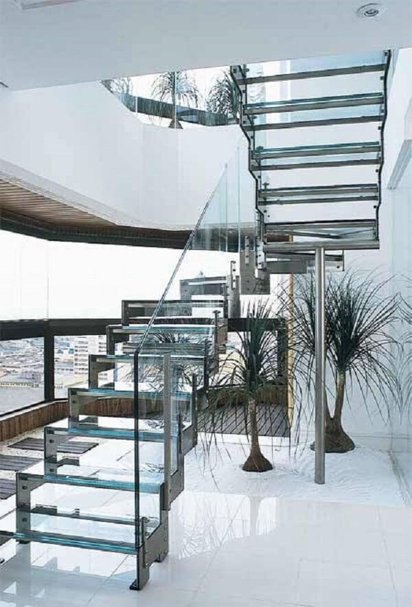 Crie um lindo jardim debaixo da escada de vidro com estrutura de inox