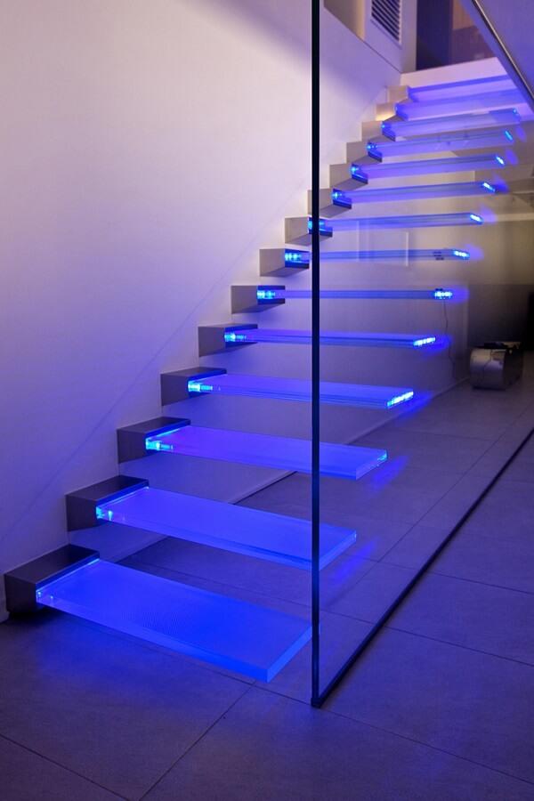 Escada de vidro com LED cria uma decoração lúdica e descontraída