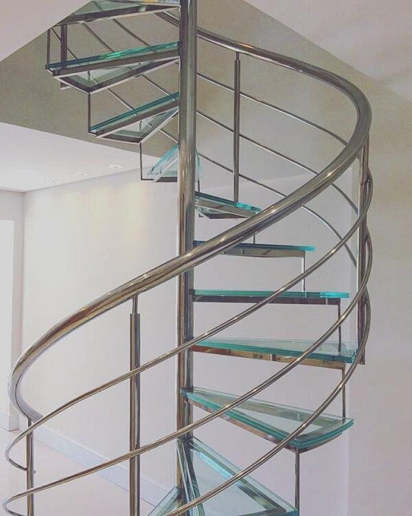Escada de vidro em formato caracol auxilia construções pequenas