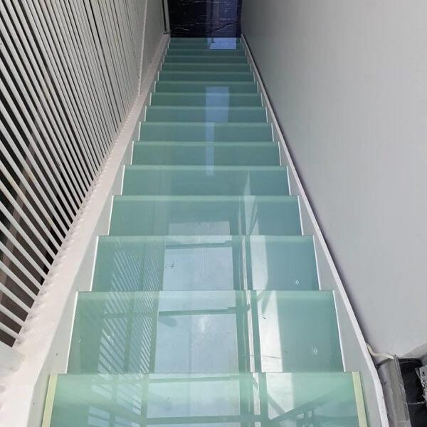 Escada de vidro jateado é uma ótima opção para aqueles que não querem um piso transparente