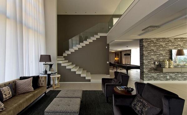 Escada flutuante branca com corrimão de vidro