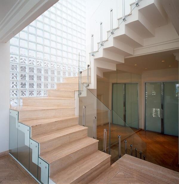 Escada sofisticada com guarda corpo de vidro
