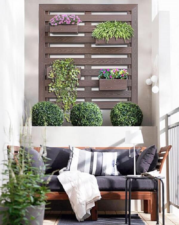 Estrutura uma grande floreira de madeira na varanda