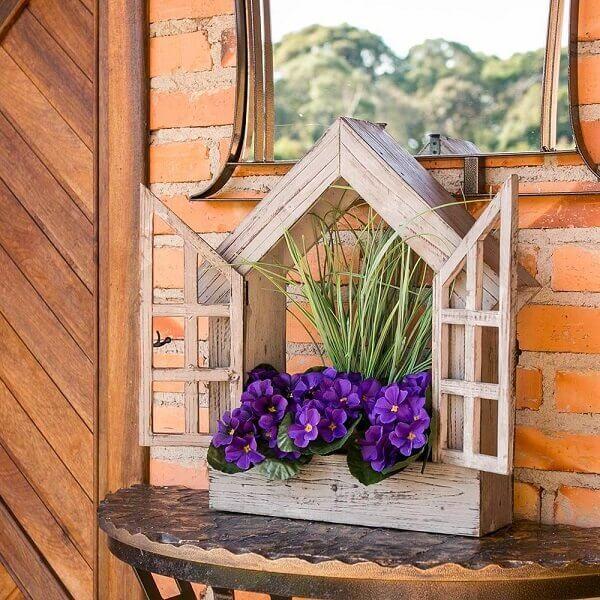 Floreira de madeira em formato de janelinha