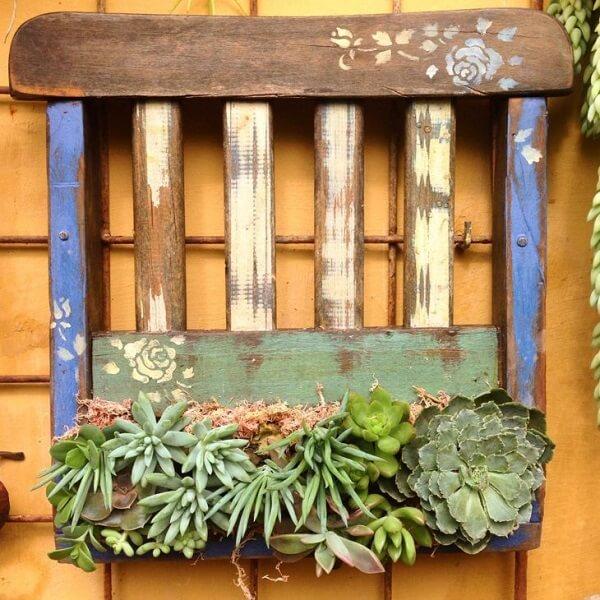 Floreira de madeira feita com pedaço de cadeira