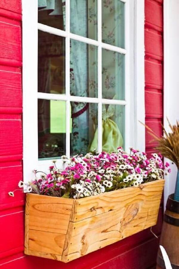 Floreira de madeira para janela é uma alternativa para decorar o lado externo da casa
