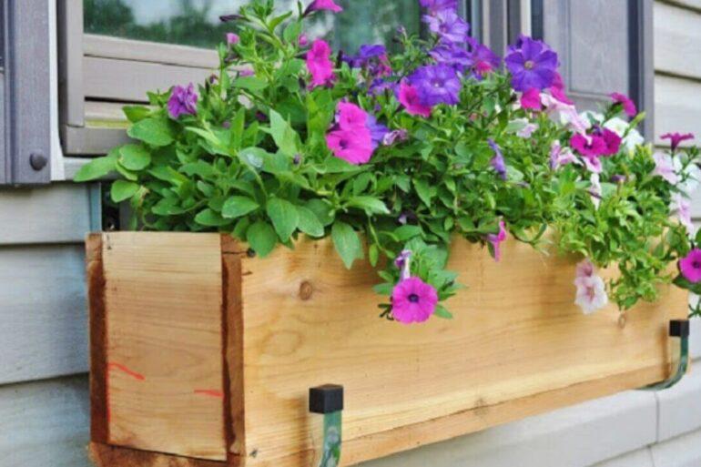 Floreira de madeira para janela com petúnias. Fonte: Pinterest