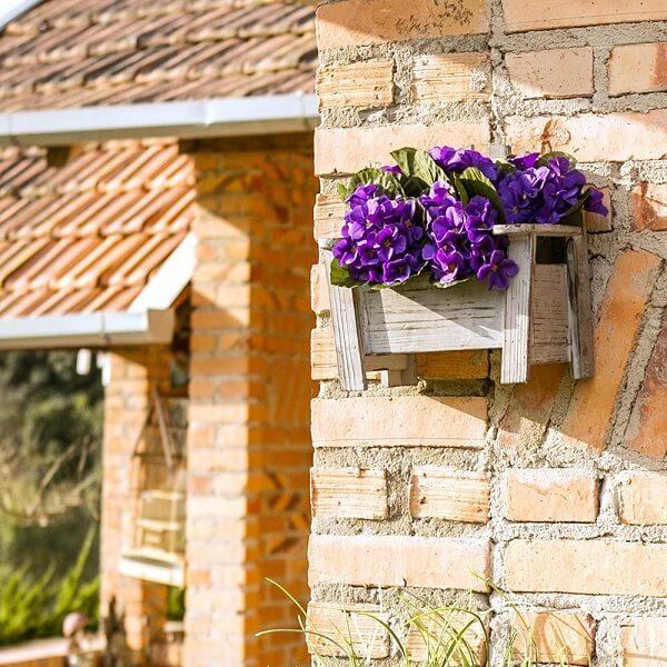Floreira de madeira para parede com violetas