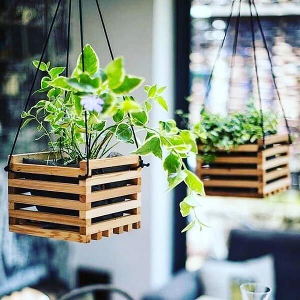 Floreira de madeira suspensa pode ser fixada no teto
