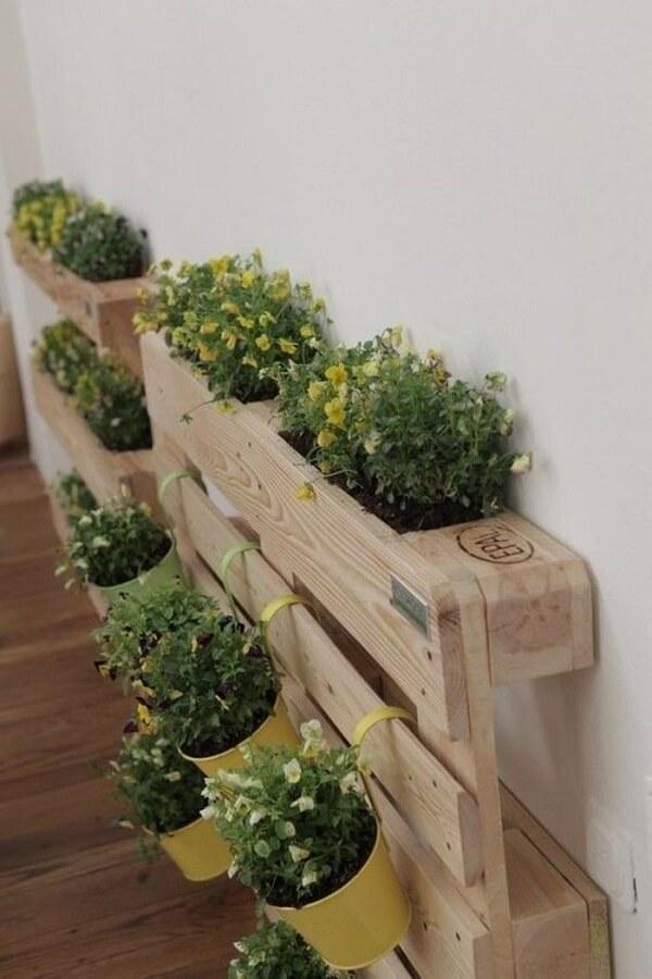 Floreira de madeira vertical feita com pallet