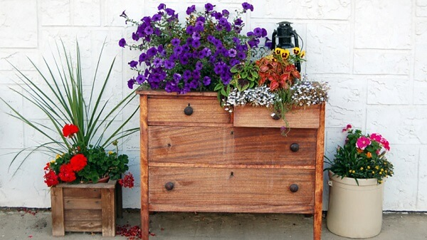 Floreira de parede com móvel antigo
