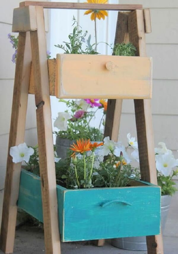 Floreira de madeira sustentável feita com gavetas antigas