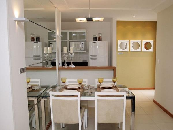 Uma dica para usar mesas retangulares é encostar um dos lados na parede