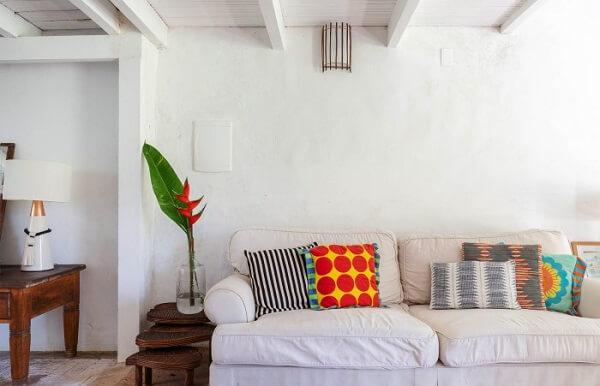 Utilize uma capa para sofá, caso você não queira investir em um estofamento novo